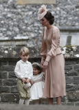 4092831A00000578-4524842-Kate_stands_with_Princess_Charlotte_and_Prince_George_who_were_f-a-179_1495637154124