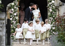 4092280000000578-4524842-Pippa_kissed_her_new_husband_moments_after_they_said_I_do_outsid-a-27_1495308681042